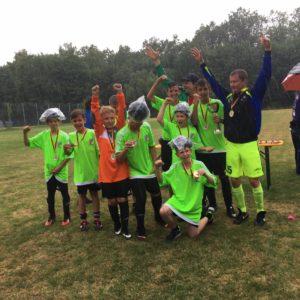 Die U15 Jungs mit Medaillen und Pokal